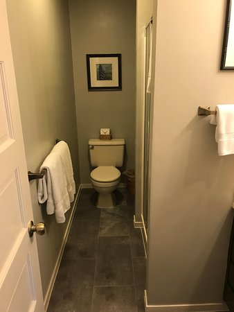 Oak Hill Bed and Breakfast: Small but efficient bathroom