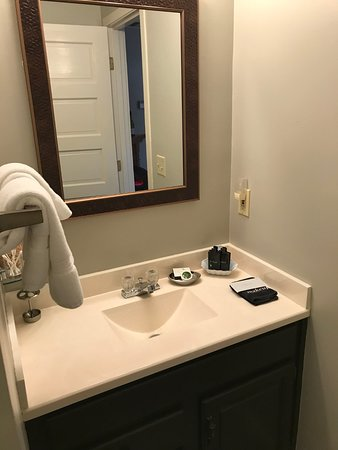 Oak Hill Bed and Breakfast: Vanity