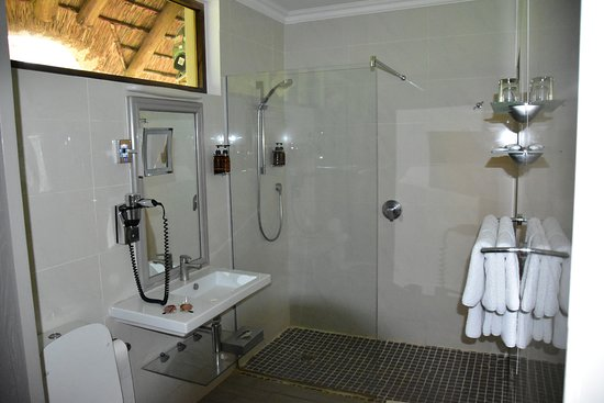 Mokuti Etosha Lodge: The bathroom