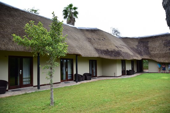 Mokuti Etosha Lodge: Outside view of the rooms