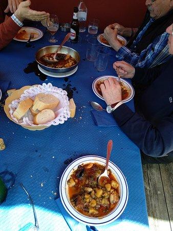 Infiesto, España: Esto es el pote. Como veis mis amigos ya lo habian terminado.Casi no llego pa la foto