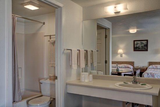 Tomahawk Lodge: King Bed Bathroom
