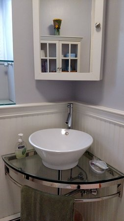 Rondout Inn: Sink and Medicine Cabinet