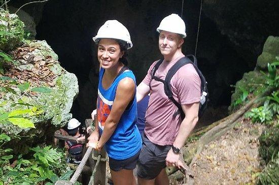 考古学者とガイドとしての窓洞窟とインドの洞窟プライベートツアー