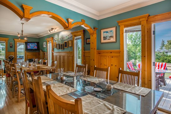 Heartwood Inn and Spa: Dining room / guest patio