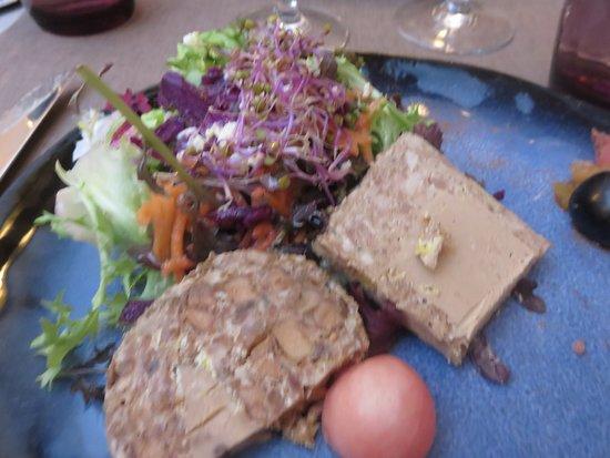 Rochechouart, فرنسا: Terrine de canard au foie gras et aux pommes.