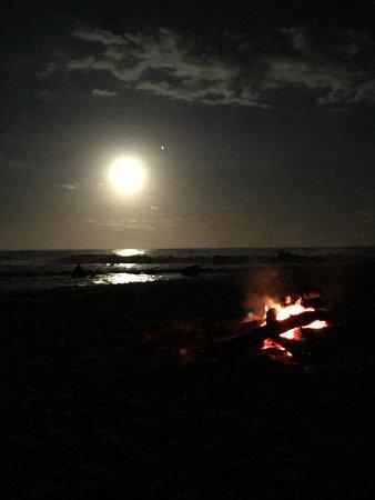 Umzumbe, Sudáfrica: Moon rising with a beach camp fire