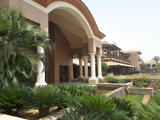 The Westin Cairo Golf Resort & Spa, Katameya Dunes: The view from the Golf course to the Hotel