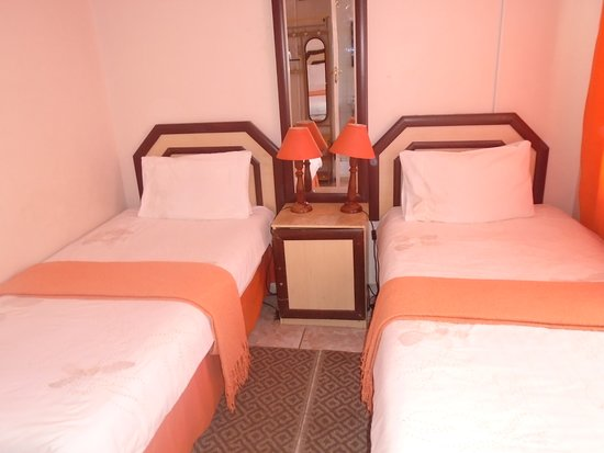 Francistown, Botswana: Twin single beds en-suite room (Shower)