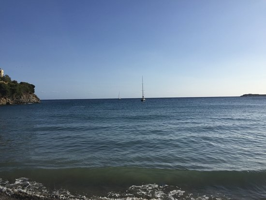 Varkotopos Beach: Вид с пляжа на бухту