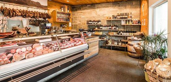 Barbiano, Italia: Il bancone della macelleria...fantastico!!!