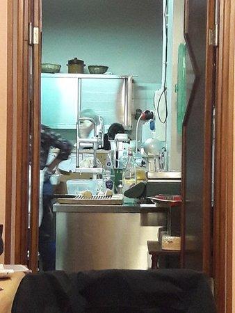 Castell'Azzara, Italien: scorcio della cucina ripresa dalla sala interna