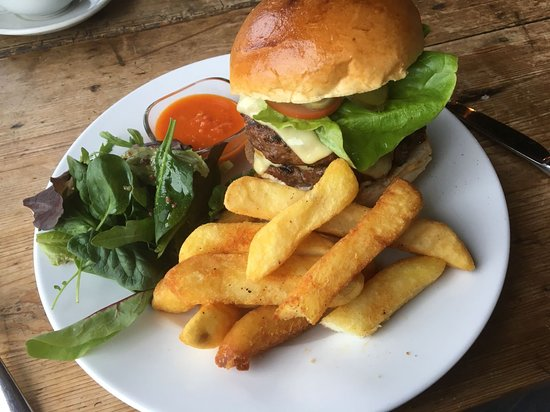 Newenden, UK: Yummy double burger with Emmental cheese and spicy chips!