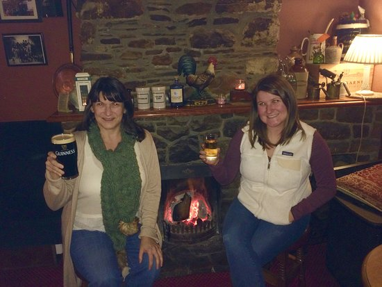 Inistioge, أيرلندا: Drinks by the fire