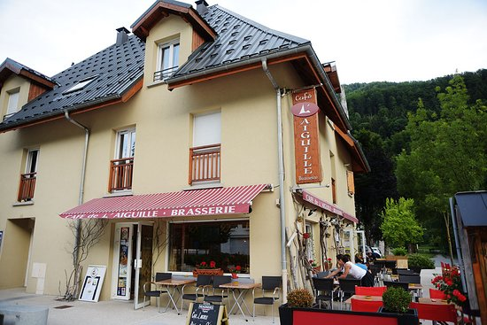 Allemond, France: Cafe L'Aiguille next to an interesting water feature