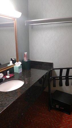 Downtown Inn & Suites: Bathroom Vanity