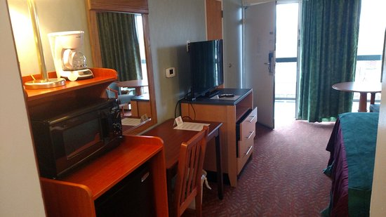 Downtown Inn & Suites: Fridge, microwave and TV
