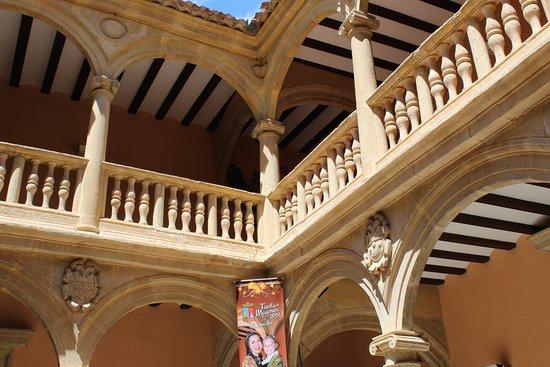 Ayuntamiento de Almansa: balconada