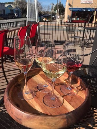 Novato, CA: Outside seating area at Mantra Wines & Tasting Lounge