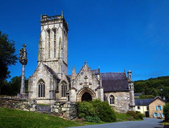Plonevez-du-Faou, França: Cappella Saint Herbot con calvario