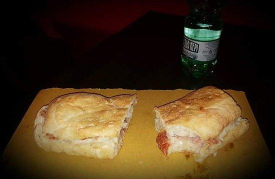 DUECENTOGRADI: Panino con lardo di Colonnata, gorgonzola e fichi , pane alla zucca.