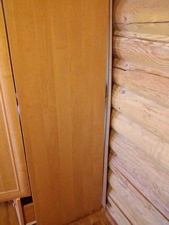 Pokrovka, Ουκρανία: Оторванная задняя стенка шкафа - и это ЛЮКС номер???