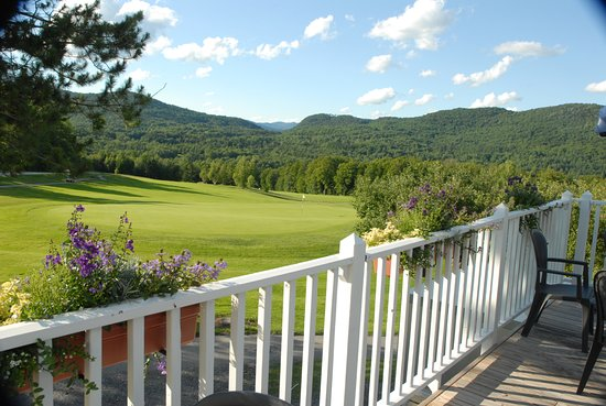 Warren, VT: Hogan's Pub serves lunch on the deck overlooking Lincoln Peak and the 18th green.