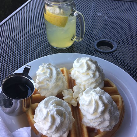 Aldergrove, Canada: Waffles with Maple Syrup