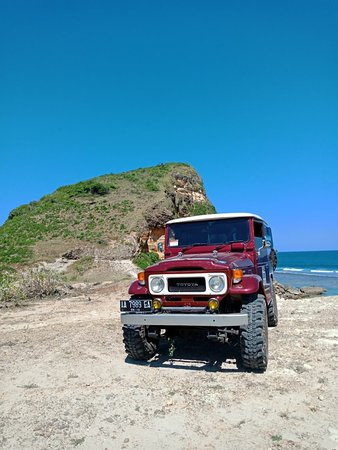 Mataram, Indonesien: People said 'Bumpy roads often lead to beautiful destination'. This is our trip to Buak Beach by