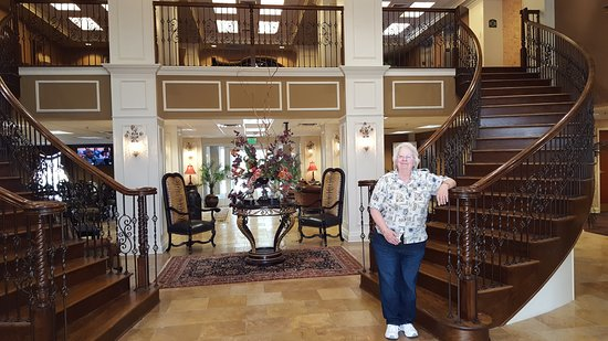 The Coldwater Inn: Front Double Circular Staircase in Lobby