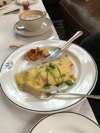 Hotel 41: Great omelette at breakfast, freshly baked!