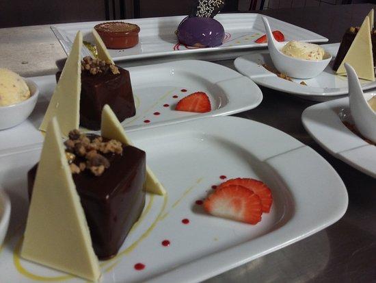 "Belleme, Francia: en pyramide de chocolat blanc, le ""kube"" chocolat noir"