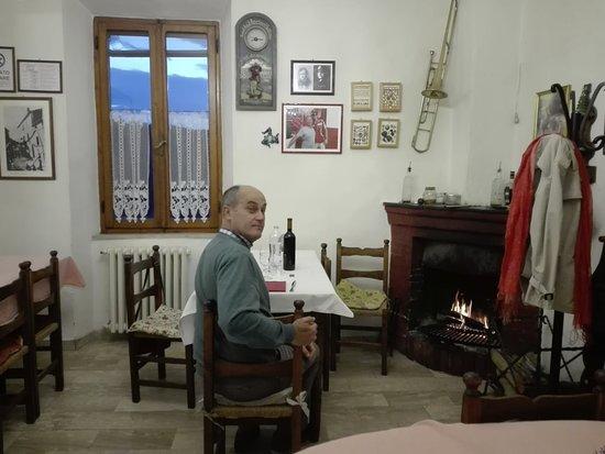 Pari, إيطاليا: sala con camino