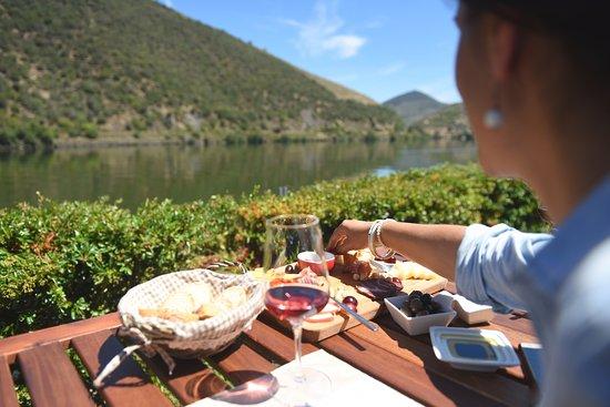 Favaios, Portugal: Brunch tradicional com queijo da região, azeite, nozes, enchidos, fumeiro e vinho Doc Douro