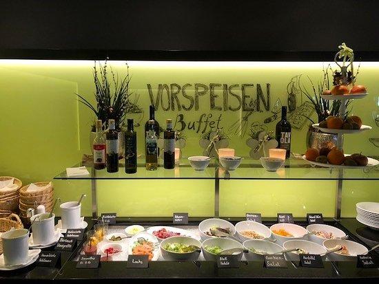 Rothenburg, Ελβετία: Frisch und gesund in den Frühling - neu an unserem Salatbuffet: Früchtebecher und Smoothies