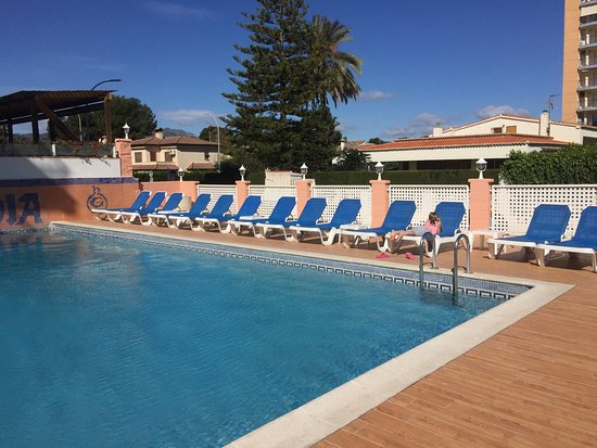 Hotel Gandia: Clean pool area, but it was April!