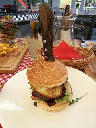 Texas Burger w zestawie (frytki steak poza kadrem); W tle widać fragment One minute steak.