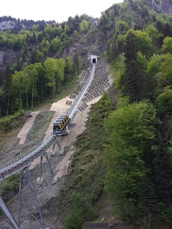 Stoos, سويسرا: Going up the mountain