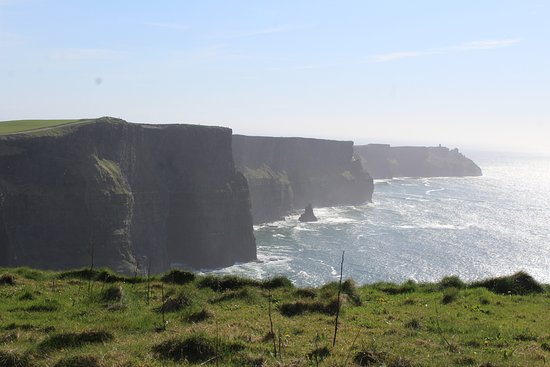 The Burren, Irlanda: The Cliffs dominate the landscape for nearly 5 miles along the Co. Clare coast.