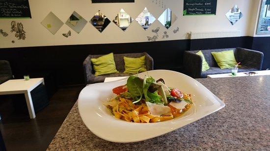 Andilly, France: Tagliatelles fraiches pesto, tomates, pamesan, roquette (plat végetarien)