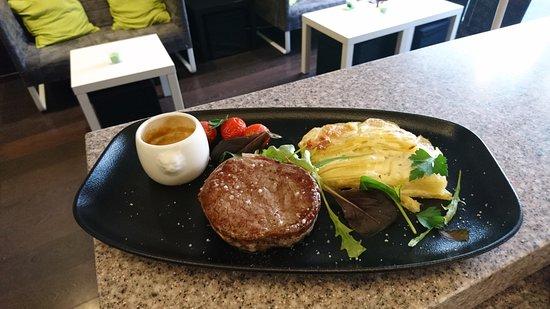 Andilly, France: Filet de tournedos de boeuf, gratin dauphinois et sa sauce au poivre