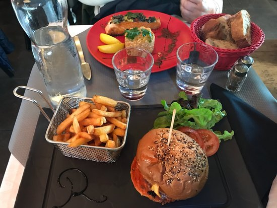 Le Royalty: Le burger et derriere le saumon