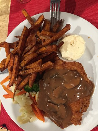 Listowel, Canada: Sweet potato fries, veggies & Rham Schnitzel
