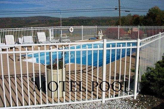 Longhouse Lodge Motel: Motel Heated Outdoor Pool