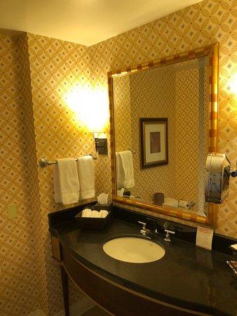 Kimpton Marlowe Hotel: Magical age-defying bathroom lighting