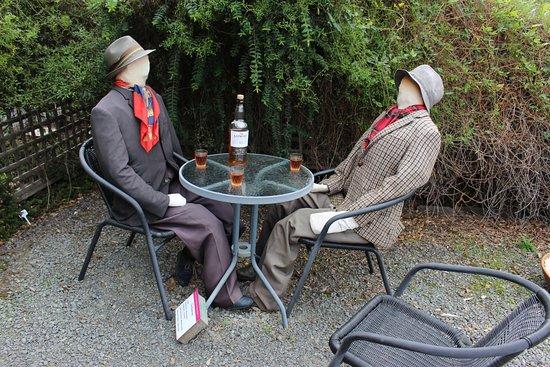 Inverawe Native Gardens: Creative figures in garden