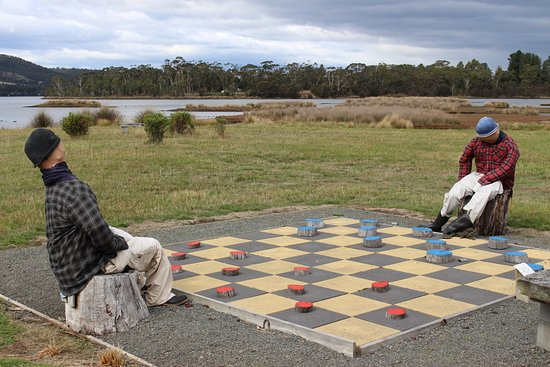 Inverawe Native Gardens: Loved this large chess board