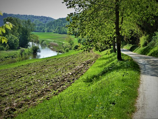 Kipfenberg, Germany: The river-bottom hiking route between Arnsberg and Bohming.