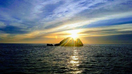 Mallorca Fishing Charter: Salida del sol por detrás del faralló de Cala Gat