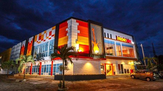 Central Java, Indonezja: Front One Inn Muntilan memiliki area parkir yang luas dan aman